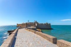 Ehrfürchtige Ansicht von Cadiz, Spanien, mit wenigen Booten im Strand Lizenzfreies Stockfoto