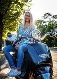 Ehrfürchtige blonde Frau in den Jeans und im Hemd Lizenzfreie Stockfotos