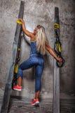Ehrfürchtige blonde Frau in der Sportkleidung Stockfoto