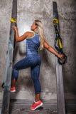 Ehrfürchtige blonde Frau in der Sportkleidung Stockfotografie