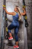 Ehrfürchtige blonde Frau in der Sportkleidung Lizenzfreies Stockfoto