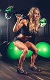 Ehrfürchtige blonde Frau in einer sexy Sportkleidung Lizenzfreie Stockbilder