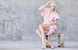 Ehrfürchtige blonde Frau im rosa Kleid Lizenzfreie Stockfotografie
