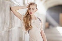 Ehrfürchtige blonde Frau mit hellem Make-up Stockbild