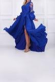 Ehrfürchtige Frau im blauen Kleid Stockbild