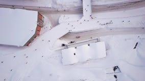 Ehrfürchtige Winterlandschaft der enormen Schweizer snowcapped Skiortstadt voll der Leute stock video footage