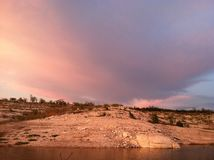 Ehrfürchtige Wolken-Ansicht über See Amistad stockbild
