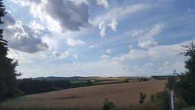 Ehrfürchtige Wolken in Sommerferien Stockbild