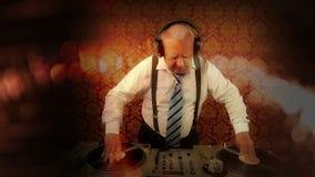 Ehrfürchtiger Großvater DJ stock video