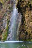 Ehrfürchtiger kleiner und netter Wasserfall stockfoto