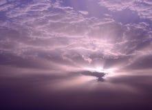 Ehrfürchtiger Sonnenaufgang durch die Wolken Lizenzfreies Stockbild