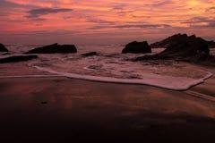 Ehrfürchtiger Sonnenuntergang am Strand Stockbilder