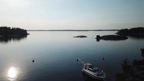 Ehrfürchtiger Tag im Archipel durch Brummen poin der Ansicht das Finnische Meerbusen stock footage