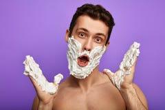 Ehrfürchtiger verrückter hemdloser Mann mit offenem Mund und Laterne und Hände stockfotografie