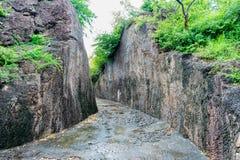 Ehrfürchtiger Verschluss der Felsenbahn an den budhhiest Steinhügeln, errichten durch Schnitt den Felsen für Besuch zu budhha Tem lizenzfreies stockfoto