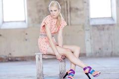 Ehrfürchtiges blondes Mädchen im rosa Kleid Lizenzfreies Stockbild