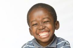 Ehrfürchtiges enormes Lächeln auf dem Schwarzafrikanerethnieschwarz-Jungenkind lokalisiert auf weißem Porträt lizenzfreies stockfoto
