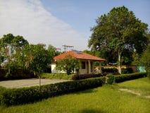 Ehrfürchtiges Haus mit Garten Stockfotografie