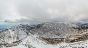 Ehrfürchtiges pano von Bergen auf Sachalin-Insel Stockbilder