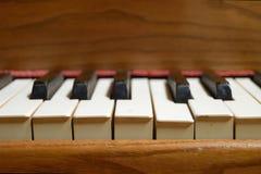 Ehrliche Ansicht eines alten hölzernen Klaviers Stockfoto