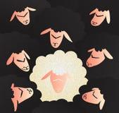 Ehrliche und unschuldige weiße Schafe in einer Menge von schwarzen Schafen Lizenzfreie Stockfotos