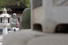 Ehrwürdige schnitzen-große Steinstatue achtzehn Lizenzfreies Stockfoto