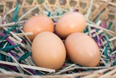 Ei auf dem Korb Lizenzfreie Stockbilder