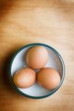 Ei auf hölzerner Tabelle Stockfotografie