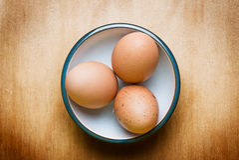 Ei auf hölzerner Tabelle Stockbilder