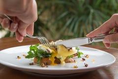 Ei Benedict Klassieke ontbijtstijl Gestroopt ei op een toost stock fotografie