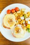 Ei Benedict met groente voor ontbijt Royalty-vrije Stock Foto's