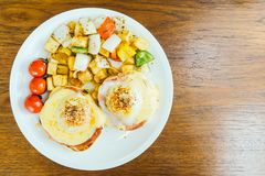 Ei Benedict met groente voor ontbijt Royalty-vrije Stock Afbeeldingen