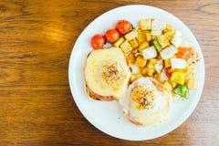 Ei Benedict met groente voor ontbijt Stock Foto