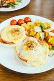 Ei Benedict met groente voor ontbijt Royalty-vrije Stock Fotografie