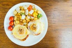 Ei Benedict met groente voor ontbijt Royalty-vrije Stock Foto