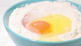 Ei, das in Mehlzeitlupeschuß fällt stock video