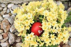 Ei in den Blumen Lizenzfreies Stockfoto