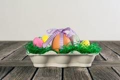 Ei in een Pasen-nest met kleine eieren op een lijst Royalty-vrije Stock Foto