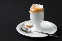 Ei in eierdopje Stock Foto