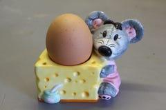 Ei in einem Eierbecher Stockfoto