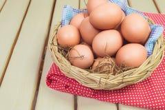 Ei in einem Korb Stockfotos