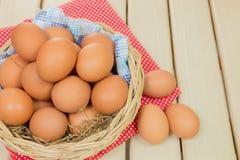 Ei in einem Korb Lizenzfreie Stockfotos