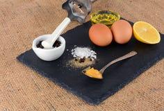 Ei en plantaardige olie en andere ingrediënten voor de productie van eigengemaakte mayonaise Royalty-vrije Stock Fotografie