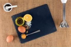 Ei en plantaardige olie en andere ingrediënten voor de productie van eigengemaakte mayonaise Stock Afbeeldingen