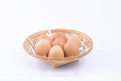 Ei im Korb auf Weiß Stockfotografie