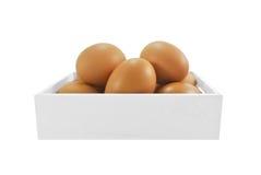 Ei im weißen hölzernen Kasten Stockfoto
