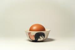 Ei in kippenkop Royalty-vrije Stock Afbeeldingen