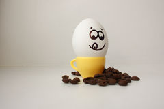 Ei met een gezicht Grappig en leuk aan een koffiemok Stock Foto