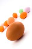 Ei met gekleurde Paaseieren stock afbeelding