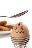 Ei met getrokken gezicht, ongeveer dat met theelepeltje moet worden geraakt Royalty-vrije Stock Foto